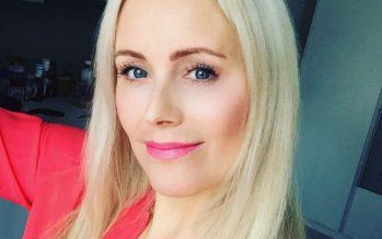 Anne Kukkohovi otti arvoituksellisen selfien luksushotellissa – hymyilee leveästi piukassa uimapuvussa