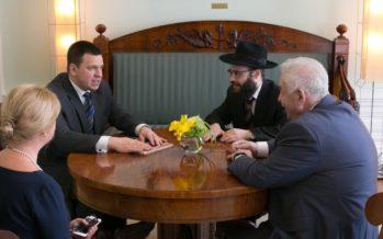 Pääministeri Jüri Ratas tapasi Stenbockin talossa Viron Juutalaisen seurakunnan puheenjohtajan Boris Oksin ja päärabbi Šmuel Efraim Kotin