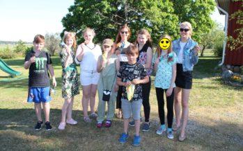 Helena-Reet: Meidän pienet puutarhajuhlamme, integroitumista ja 12 laatikkoa jäätelöä Balbiinon Jätskiavulta