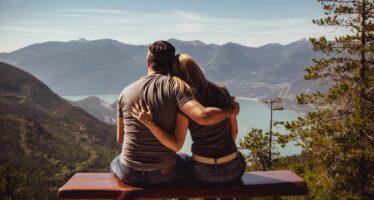VIISI MYÖNTEISTÄ tekijää, jotka rakastuneena oleminen aiheuttaa