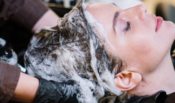 NÄISTÄ yksinkertaisista mutta tärkeistä syistä hiuksia ei kannattaisi koskaan pestä illalla